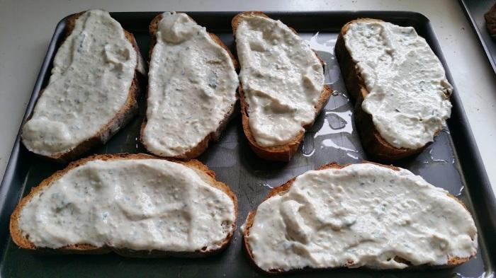 pains tartinés de sauce pour bruschettas
